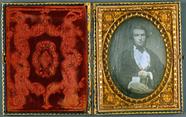 Visualizza Mann mit Daguerreotypie, USA, ca. 1855. anteprime su