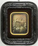 Visualizza Gruppenbild, Vater und Mutter sitzend, zwei K… anteprime su