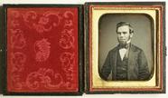 Visualizza Porträt eines jungen Mannes mit Bart. USA. anteprime su