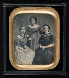 Visualizza Portrait of three young women, three-quarter … anteprime su