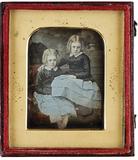 """Visualizza """"Zwei Mädchen mit zartblau kolorierten Röcken… anteprime su"""