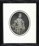 Visualizza Jeune fille debout en robe écossaise anteprime su