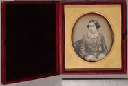 Miniaturansicht Vorschau von Half length portrait of a young woman, with l…