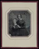 Visualizza Zwei Frauen vor gemalter Kulisse und einer Pf… anteprime su