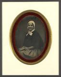 Miniaturansicht Vorschau von Portrait de jeune femme souriante, à mi-corps…