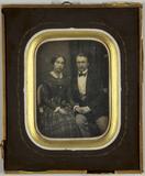 Visualizza Junges Paar sitzend und die Hände haltend, Dr… anteprime su