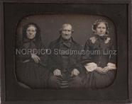 Visualizza Gruppenporträt (zwei Frauen, in der Mitte ein… anteprime su