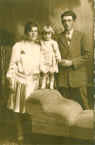 Familieportret van het echtpaar Verpalen-Kools met dochter Lisette