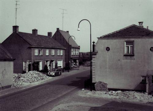 Pastoor van Ravensteijnstraat met pand Van Amstel