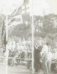 Burgemeester Molendijk hijst de vlag bij Korfbalve...