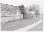 Stadsmuur met rondeeltoren in Plantsoen-Noord, nab...