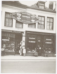 De winkels van P. Nierop aan de Langestraat 90 en ...