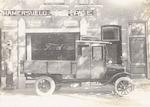 Een bestelwagen met open laadbak, gebouwd op een d...