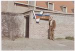 De heer J.L. Bloemhof bij de ingang van de gemeent...