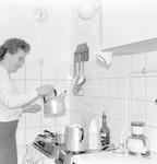 Mevrouw Verwoerd in de keuken van de flat aan de H...