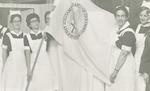 Een aantal verpleegsters presenteert een vlag van ...