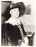 Burgemeester Hermen Molendijk in historisch kostuu...