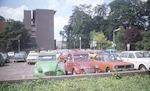 Auto's op het parkeerterrein Stadhuisplein. Op de ...