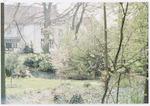 TWEE FOTO'S: Achtertuin van het (witte) huis 't Za...
