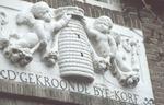 """Detail gevelsteen """"D'Gekroonde Byekorf"""" van het hu..."""