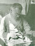 Schoenmaker Jan de Froe sr. in zijn werkplaats in ...