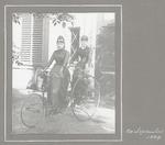 Twee vrouwelijke leden van de Baarnsche Vélociped...
