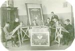 Jan de Froe (staand, rechts) geeft tekenles in het...