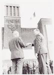Wethouder Huslage (rechts) overhandigt aan oud-bur...