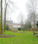 De tuin van 't Zand 39. Links de Sint Aegtenkapel,...