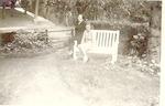 Moeder en dochter Blok in de achtertuin van hun hu...