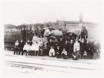 """Spoorwegpersoneel bij stoomlocomotief """"Hugo de Gro..."""