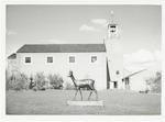 """Bronzen beeld """"Het Hert"""" op het grasveld voor de (..."""