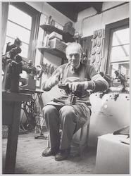 Schoenmaker A.A. van Groenesteijn in zijn werkplaa...