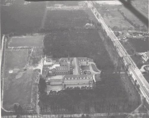Luchtfoto van Pensionaat Saint Louis aan de Utrechtseweg 228.