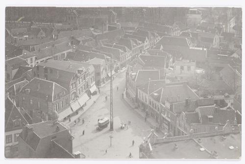 Overzichtsfoto van de Varkensmarkt, Arnhemsestraat en omgeving. Midden op het plein een telefoonmast.