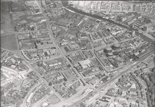 Luchtfoto van het gebied tussen de spoorlijn naar Apeldoorn/Zwolle (onderaan) en de Eem. Vanaf rechts: de Eem, de gasfabriek aan de Gaslaan en Eemstraat, de Nijverheidsweg en de Puntenburgerlaan.