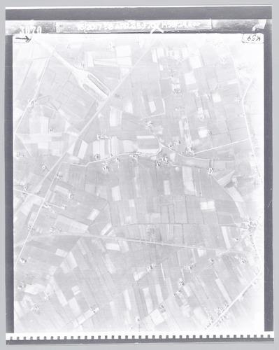 Vergelijk voor de verschillende straat- en boerderijnamen met een plattegrond uit die tijd.
