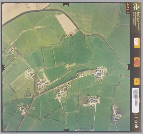 Luchtfoto van het gebied De Ruif. Bovenaan ligt de Barneveldsebeek, met de instroom van de Esvelderbeek.De afgebeelden boerdeijen worden verbonden door de Ruifweg.