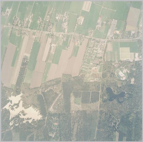 Luchtfoto van het gebied ten westen van het Soesterkwartier. Bovenaan liggen de Birkstraat en het weilandengebied van Soest. Onderaan rechts Birkhoven met de bosvijver, het bosbad en de sportvelden; links de Korte Duinen en Monnikenbos in Soest. Schaal 1:2500.