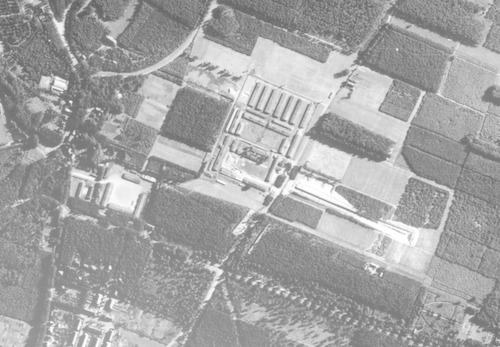 """bijzonderheden: Dit kamp lag naast het DKA (Kamp Amersfoort), of was het er toch een onderdeel van? De naam Amsvorde is ons door de schenker van de foto medegedeeld. Hij vertelt verder: """"Hier een RAF luchtfoto van Amsvorde, in de start van 1940 het kamp voor duitse militairen die bij konden komen , later ingezet als vrouwenkamp. Amsvorde lag daar waar nu de kruising ligt van de Leusderweg met de Laan 1914 , pal naast de Villa Kalkwegh."""""""