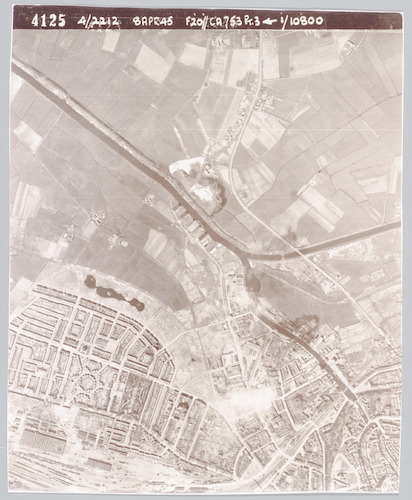 """Luchtfoto, door de Geallieerden genomen om het effekt van hun bombardement te registreren. Bij deze foto's ging het niet alleen om de inslagkraters die te zien waren, maar ook om die welke ontbraken, waar de zogenaamde """"blindgangers"""" zouden moeten liggen."""