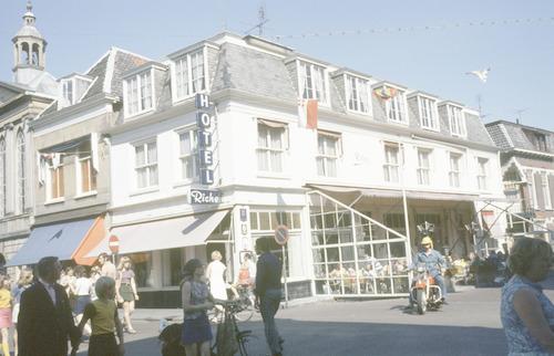 Hotel caf restaurant de poort van cleef aan de for Cafe de poort utrecht