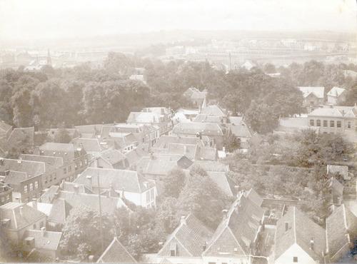 Overzichtsfoto van de Utrechtsestraat, genomen vanaf de eerste omloop van de Onze Lieve Vrouwetoren. Op de achtergrond een hoger gelegen weg op de Amersfoortse Berg. Rechts een deel van de Rijks HBS in Plantsoen West (nr. 2).