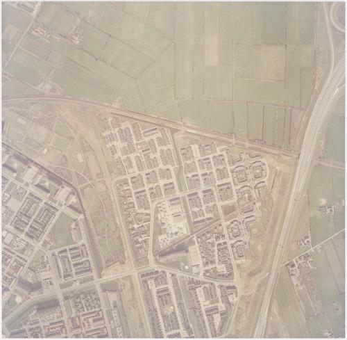 Luchtfoto van de wijk Rustenburg en (links) een deel van Liendert. Daartussen ligt de Recreatiegordel Liendert, die later de naam Waterwingebied Rustenburg Schuilenburg zou krijgen. Boven ligt het gebied waar niet lang daarna industrieterrein De Hoef zou worden aangelegd. Rechts van de snelweg ligt het gebied De Wieken.