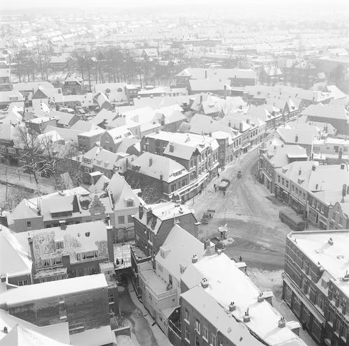 De Varkensmarkt in de sneeuw, gezien vanaf de eerste omloop van de Onze Lieve Vrouwetoren.
