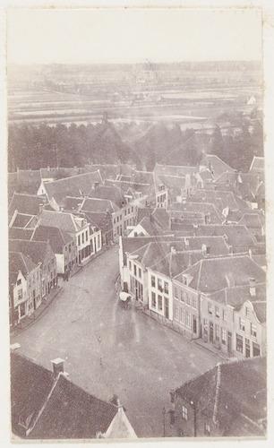 """bijzonderheden: Oorspronkelijk bijschrift: """"Gezigt van de Lieve Vrouwe toren op den Varkenmarkt en de Slijkstraat en 1866."""""""