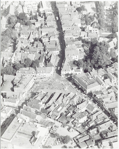 Luchtfoto van de Varkensmarkt e.o., met links de Utrechtsestraat, rechts de Arnhemsestraat en naar boven toe de Langestraat.