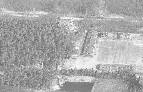 """Luchtfoto van het kamp """"Amsvorde"""" aan de Laan 1914, naast het Huis te Kalkwegh."""
