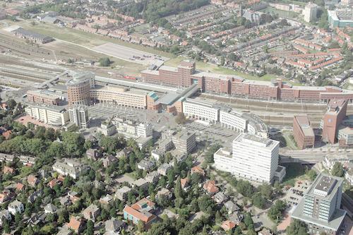 Luchtfoto van het Stationsplein en omgeving. Daarachter de nieuwe kantoren aan de Piet Mondriaanlaan.