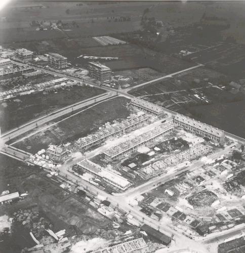 Luchtfoto van de nieuwbouw aan de Diezestraat, Dommelstraat en het Isseltseveld. Onderaan links de Schiestraat, rechts de Dollardstraat en het Vreeland.